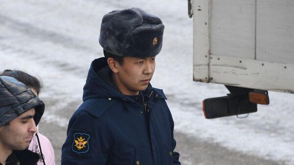 Солдат-срочник Руслан Мухатов, обвиняемый в издевательствах над сослуживцами, перед началом заседания Читинского гарнизонного военного суда