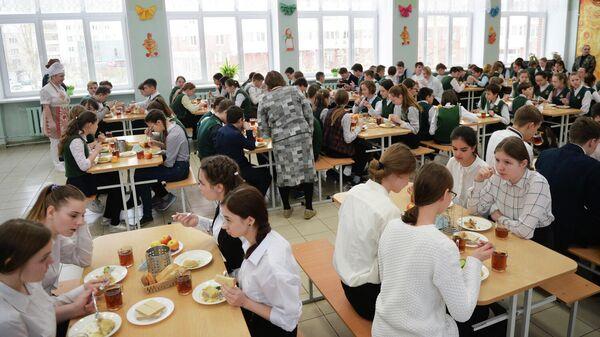 Ученики школы в столовой