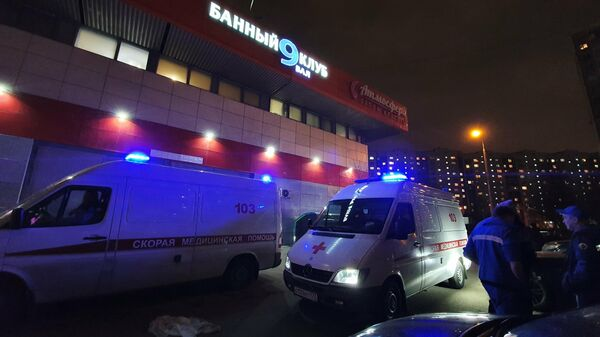 Сотрудники полиции и скорой помощи на месте происшествия в банном клубе на юге Москвы