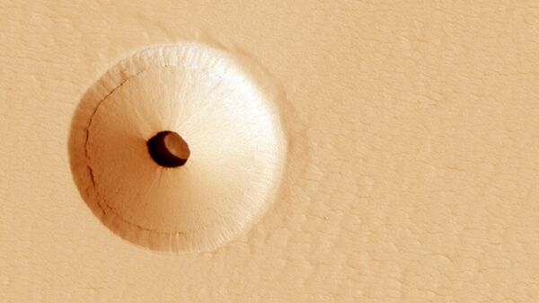 Отверстие на склоне потухшего вулкана Гора Павлина на Марсе