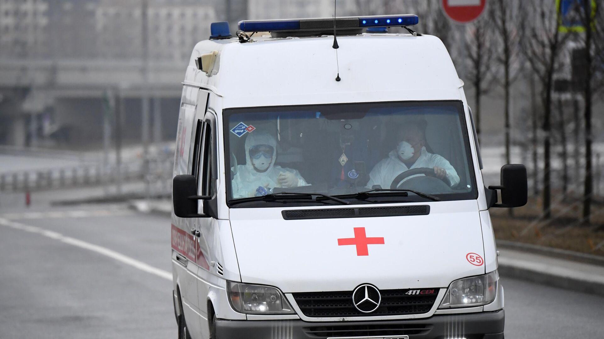 Медицинские работники в защитных костюмах в машине скорой помощи - РИА Новости, 1920, 02.08.2021