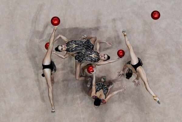 Спортсменки сборной Болгарии Ерика Зафирова, Лора Тратс, Симона Дянкова, Мадлен Радуканова и Стефани Кирякова выполняют упражнение с 5 мячами в финале групповых соревнований по художественной гимнастике на II Европейских играх в Минске
