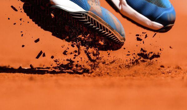 Александр Зверев (Германия) в матче 1-го круга мужского одиночного разряда Открытого чемпионата Франции по теннису против Джона Миллмана (Австралия)