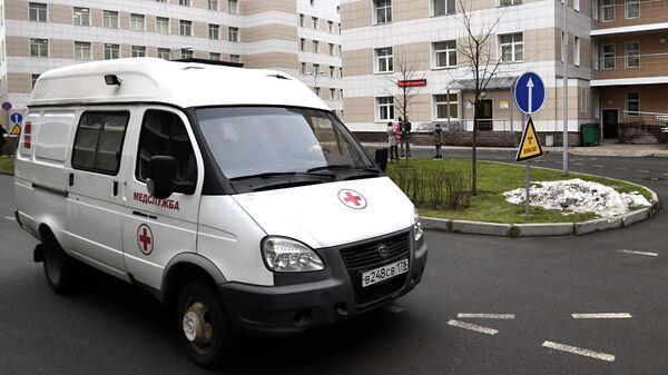 Машина скорой помощи на территории Городской клинической инфекционной больницы имени С. П. Боткина