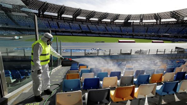 Сотрудник на стадионе Сан-Паоло в Неаполе перед ответным матчем Кубка Италии по футболу между Наполи и Интером
