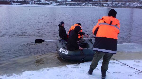 Спасение двух человек с оторвавшейся льдины в Амурске