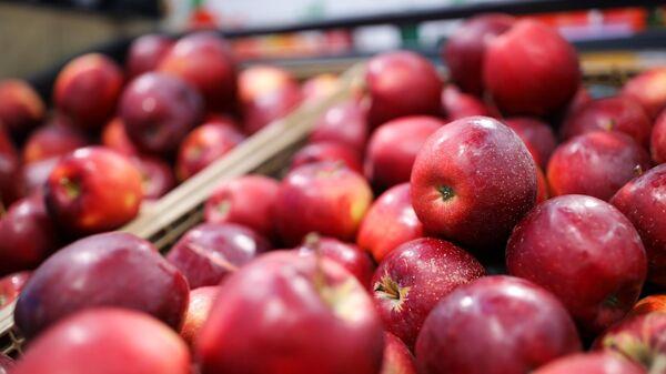Торговая полка с яблоками