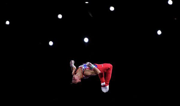 Артур Далалоян (Россия) выполняет упражнения на перекладине в личном многоборье среди мужчин на чемпионате мира по спортивной гимнастике в Штутгарте.