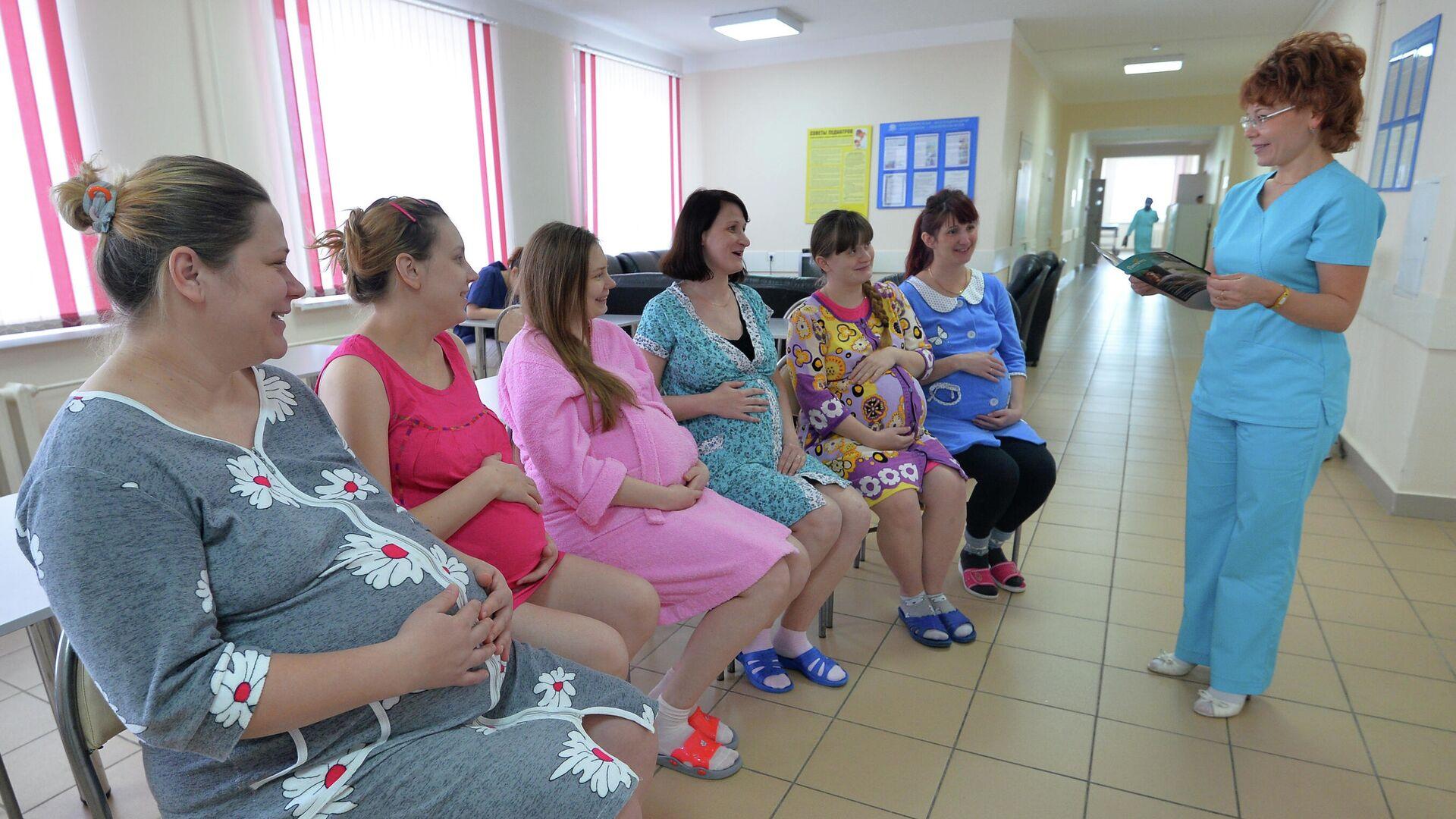 Врач беседует с будущими мамами в центре по ведению беременности и родов - РИА Новости, 1920, 03.07.2020
