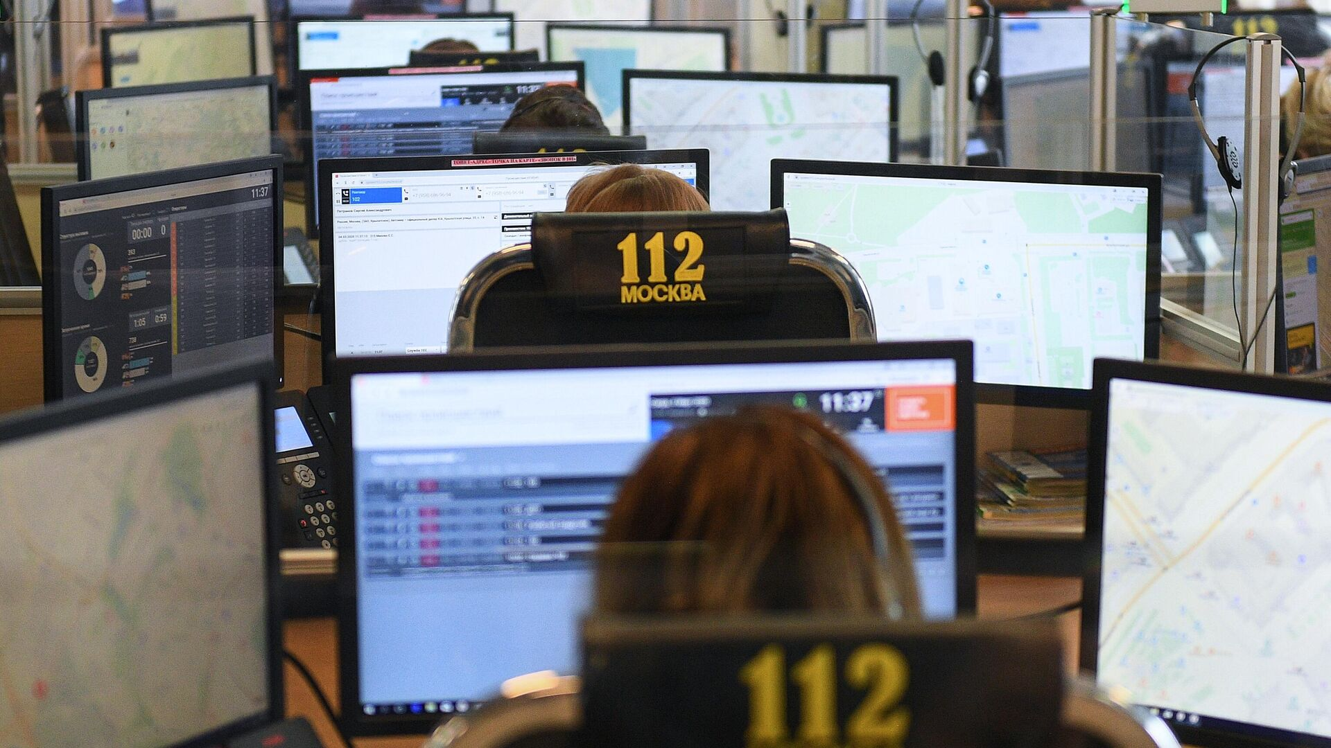 Специалисты по приему и обработке экстренных вызовов по единому номеру 112 в колл-центре ГКУ Система 112 в Москве - РИА Новости, 1920, 06.03.2020