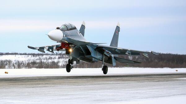 Самолет СУ-30СМ во время тренировочных полетов над военным аэродромом Североморск-3 в Мурманской области