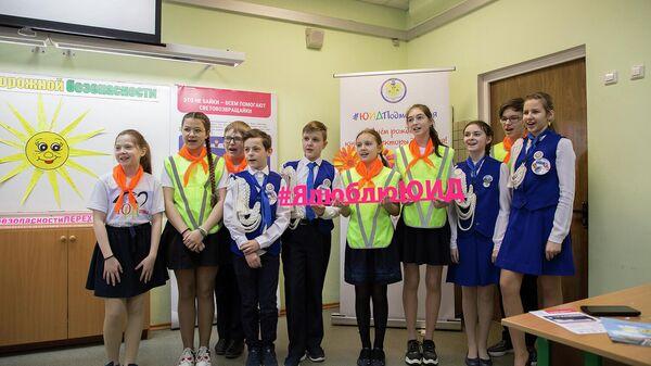 Ученики поздравляют юных инспекторов движения отряда Пульс с праздником