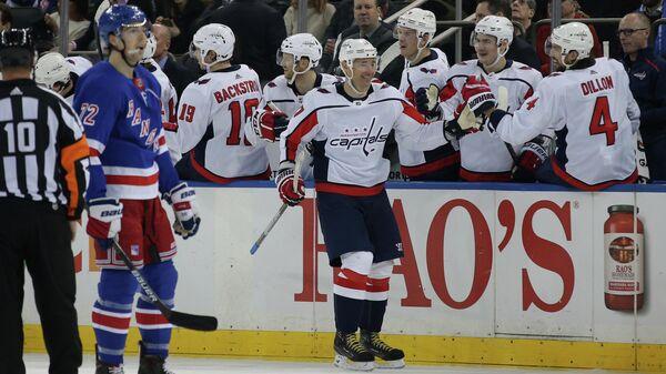 Игрок ХК Вашингтон Кэпиталз Илья Ковальчук (по центру)