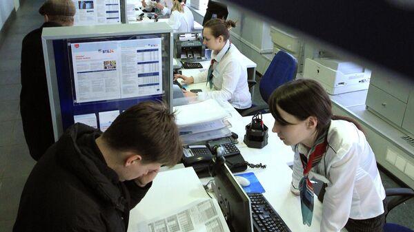 Посетители в операционном зале банка
