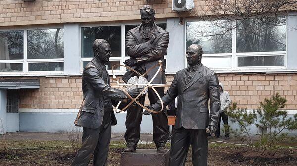 Памятник Игорю Курчатову, Якову Зельдовичу и Юлию Харитону в НИЯУ МИФИ