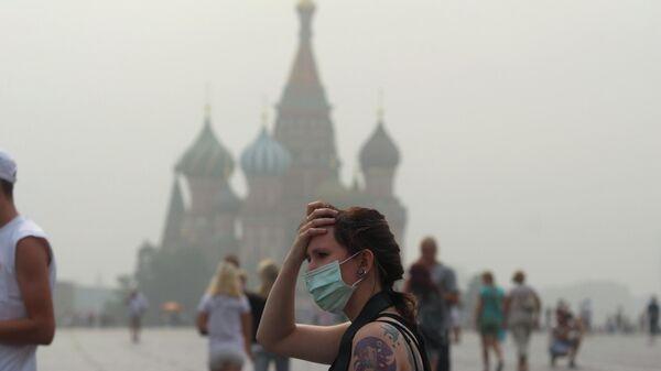 Девушка на Красной площади летом 2010 года