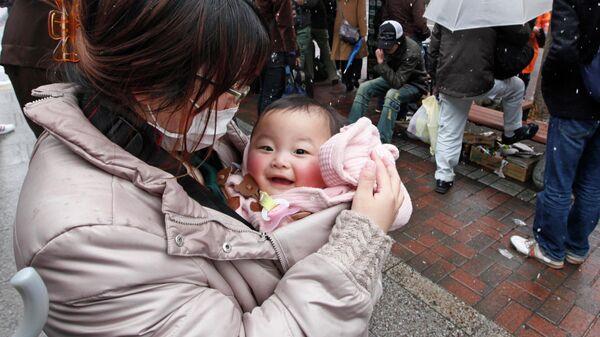 Мама с ребенком в японском городе Сендай