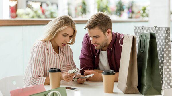 Женщина с мужчиной считают деньги