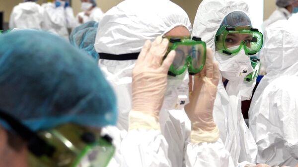Медицинские работники в масках