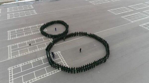 200 танкистов поздравили женщин с 8 марта