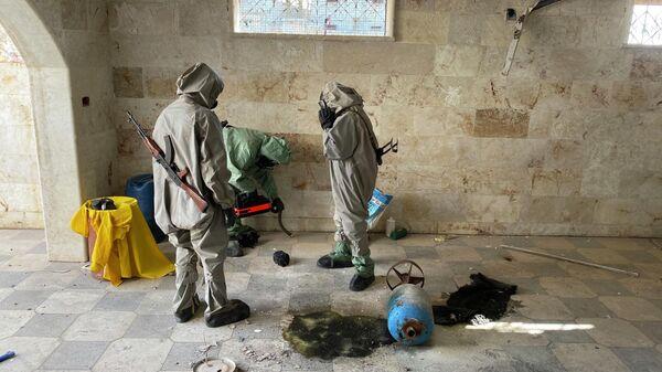 Сирийские военные специалисты досматривают место, где террористы готовили провокацию с химически отравляющим веществом в городе Саракеб в провинции Идлиб. 8 марта 2020