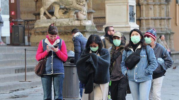 Люди в защитных масках во Флоренции, Италия