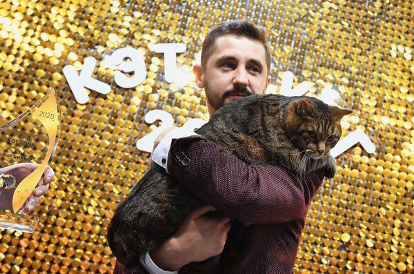 Кот по кличке Виктор и его хозяин Михаил Галин на международной выставкеКэтсбург в выставочном центре Крокус Экспо в Красногорске