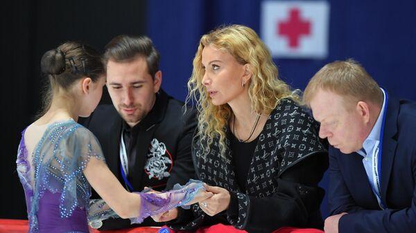 Слева направо: Камила Валиева (Россия), хореограф Даниил Глейхенгауз, тренеры Этери Тутберидзе и Сергей Дудаков