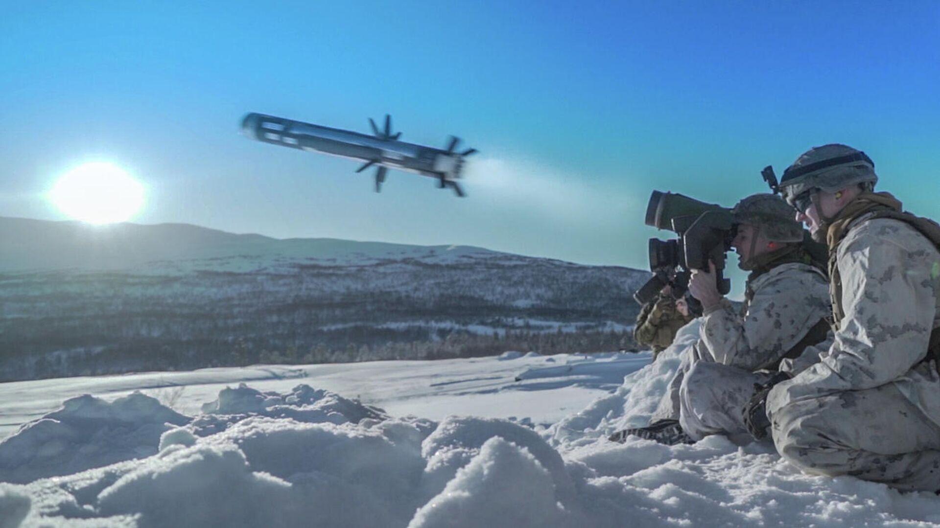 Американский военнослужащий производит выстрел из противотанкового ракетного комплекса (ПТРК) Javelin во время учений Cold Response 2020 в Норвегии - РИА Новости, 1920, 25.03.2021