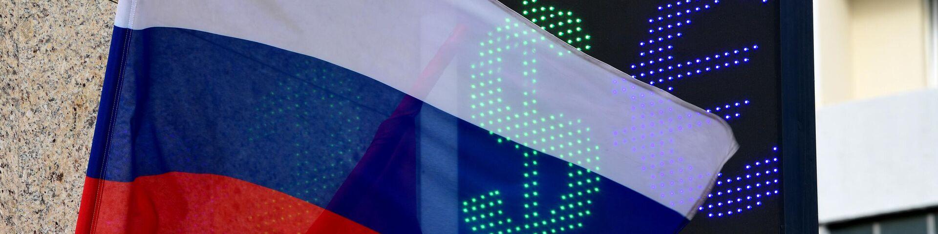 Знаки евро и доллара на табло курса валют в Москве - РИА Новости, 1920, 09.03.2020