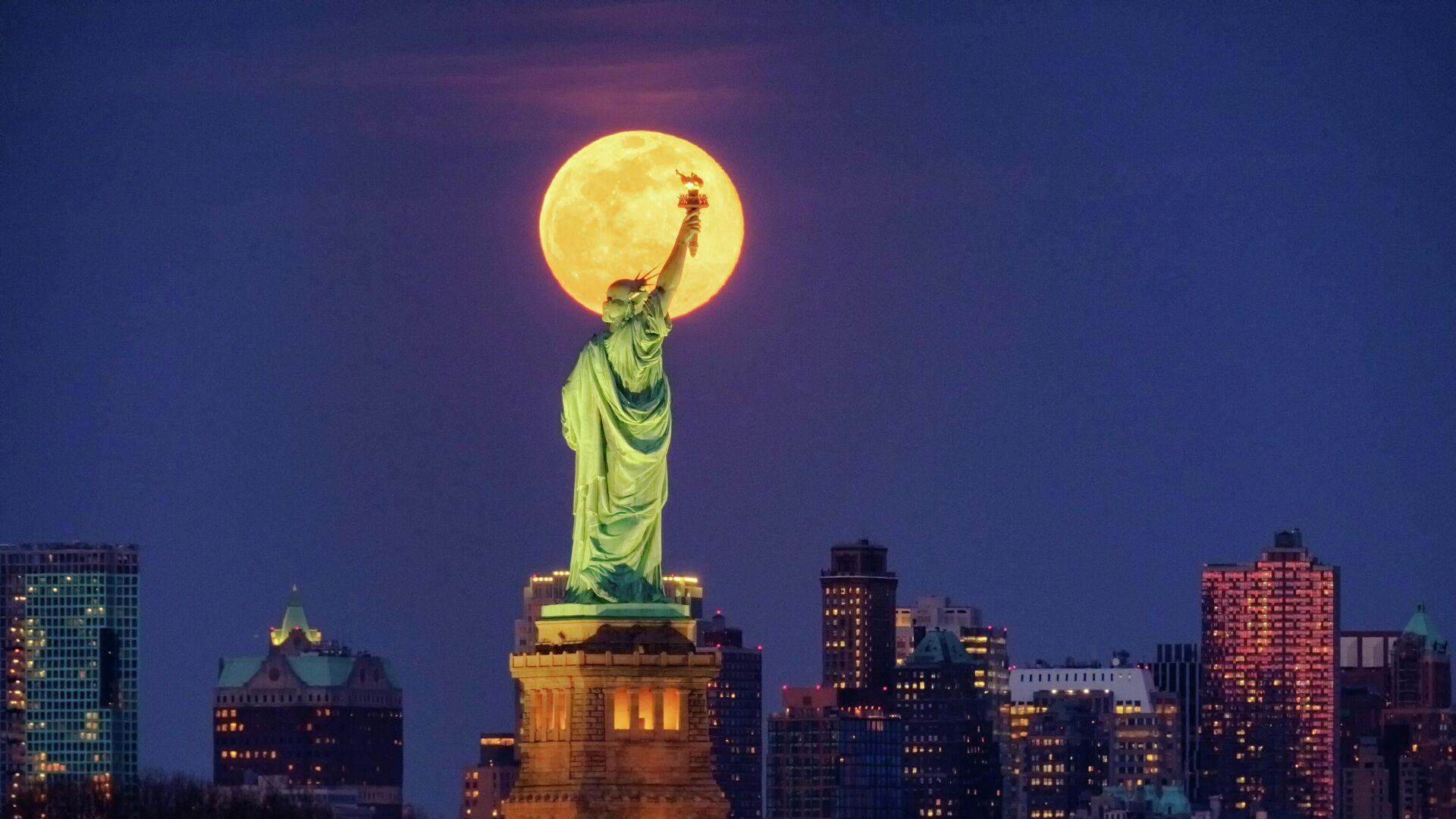 Статуя Свободы в Нью-Йорке на фоне Луны - РИА Новости, 1920, 20.11.2020