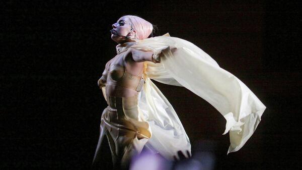 Певица Леди Гага во время выступления