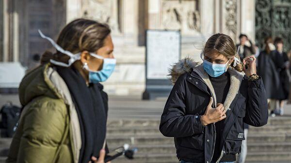 Девушки в масках на одной из улиц Милана