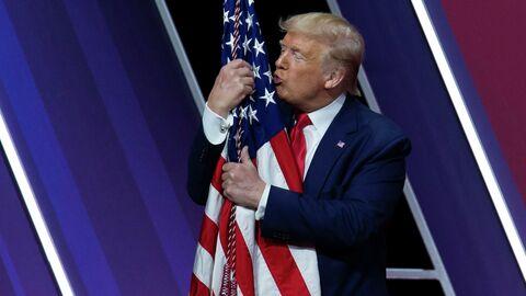 И рад бы в рай, но его не отпускает. Трамп День Победы встретит дома
