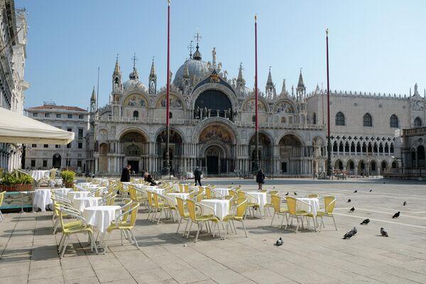 Пустой ресторан на площади Сан-Марко в Венеции, Италия