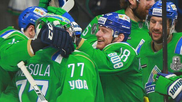 Хоккеисты Салавата Юлаев радуются победе