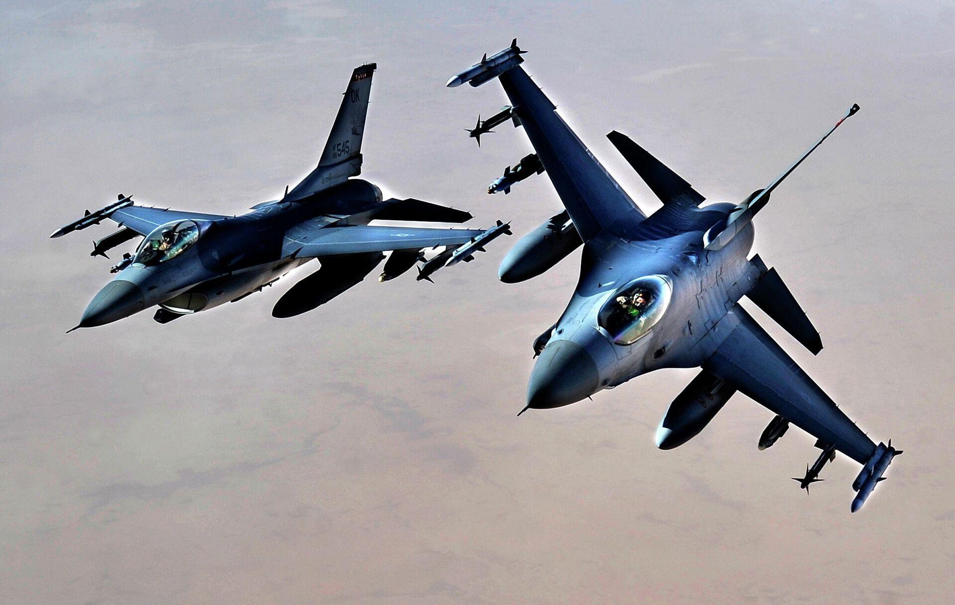 Истребители ВВС США F-16 над территорией Ирака - РИА Новости, 1920, 27.05.2021