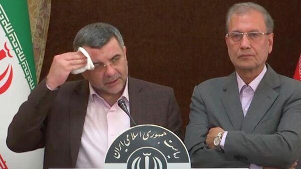 Замглавы минздрава Ирана Ирадж Харирчи (слева) во время пресс-конференции