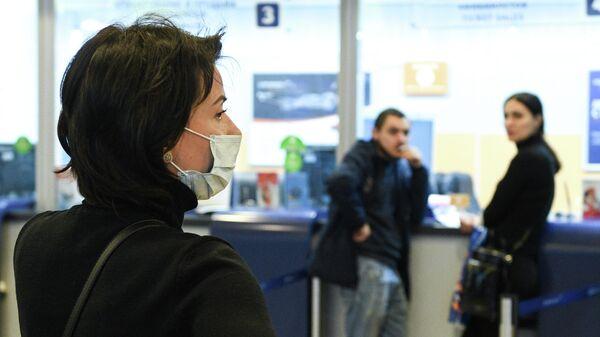 Пассажир в защитной маске в аэропорту Шереметьево