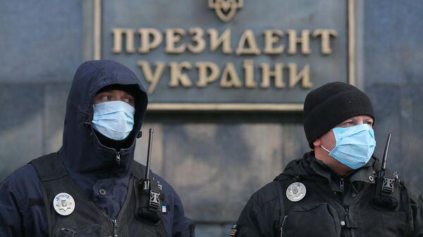 Сотрудники украинской полиции в медицинских масках