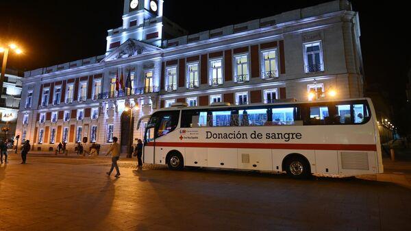 Автобус медицинской бригады дежурит на площадии Пуэрто-День-Соль в Мадриде