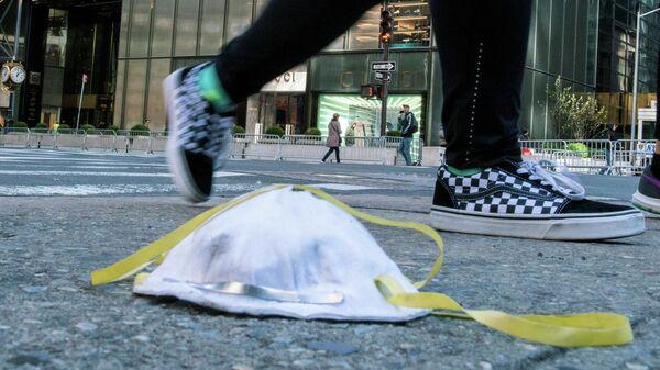 Защитная маска на улице Нью-Йорка