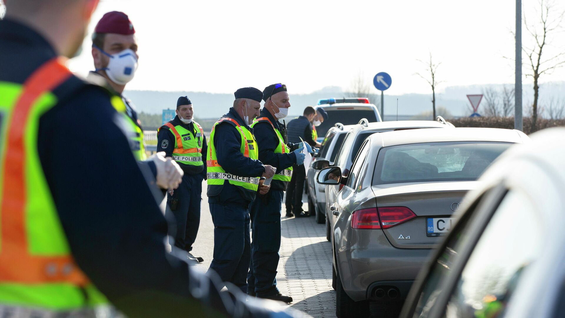 Венгерские полицейские проверяют документы у водителей, прибывших из Словении, в связи с усиленным контролем из-за эпидемии коронавируса  - РИА Новости, 1920, 29.09.2020