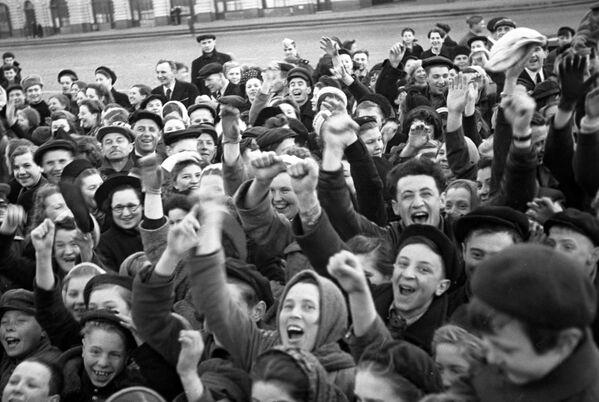 Москвичи на Красной площади утром в День Победы советского народа в Великой Отечественной войне 1941-1945 годов