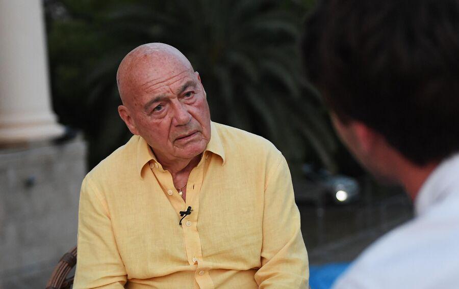 Телеведущий Владимир Познер во время интервью на 30-м Открытом фестивале российского кино Кинотавр