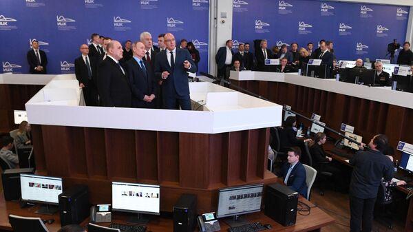Президент РФ Владимир Путин и председатель правительства РФ Михаил Мишустин во время знакомства с работой информационного центра по мониторингу ситуации с коронавирусом