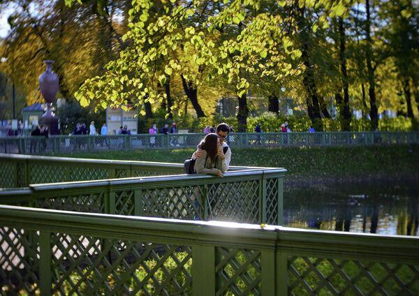 Посетители в Летнем саду в Санкт-Петербурге