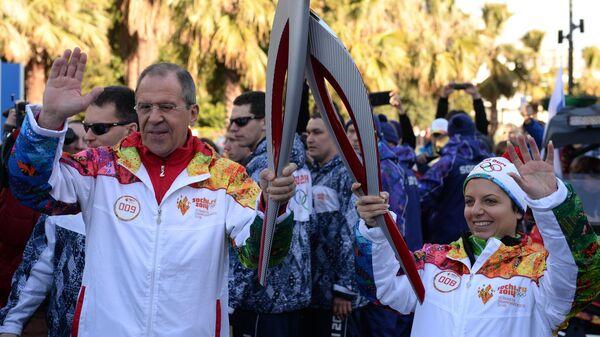 Министр иностранных дел России Сергей Лавров и главный редактор международного информационного агентства Россия сегодня Маргарита Симоньян во время эстафеты Олимпийского огня в Сочи