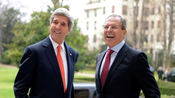 Госсекретарь США Джон Керри (слева) и министр иностранных дел РФ Сергей Лавров во время переговоров по вопросам проведения второй международной конференции по урегулированию ситуации в Сирии Женева-2 в Париже