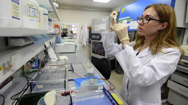 Сотрудница научно-исследовательской лаборатории Генные и клеточные технологии при Казанском федеральном университете проводит исследование